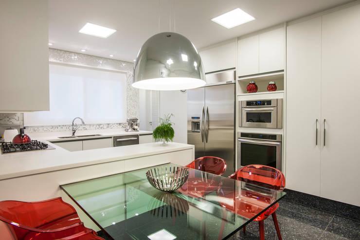 Residência DF: Cozinhas  por Adriana Di Garcia Design de Interiores Ltda