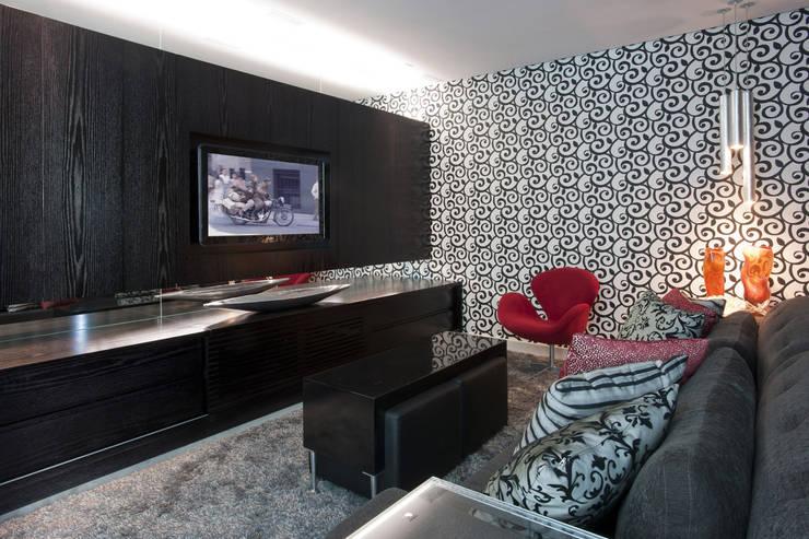 Home Theater: Salas de multimídia  por Fernanda Andrade Arquitetura e Interiores