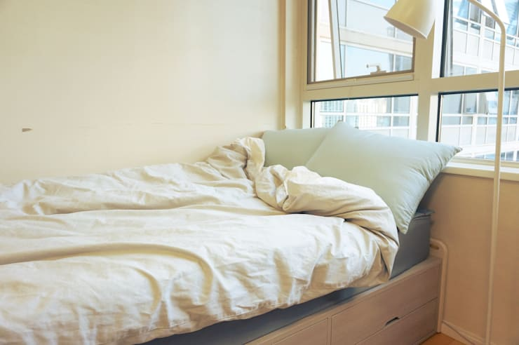 싱글남 홈스타일링, 원룸 인테리어 : homelatte의  침실