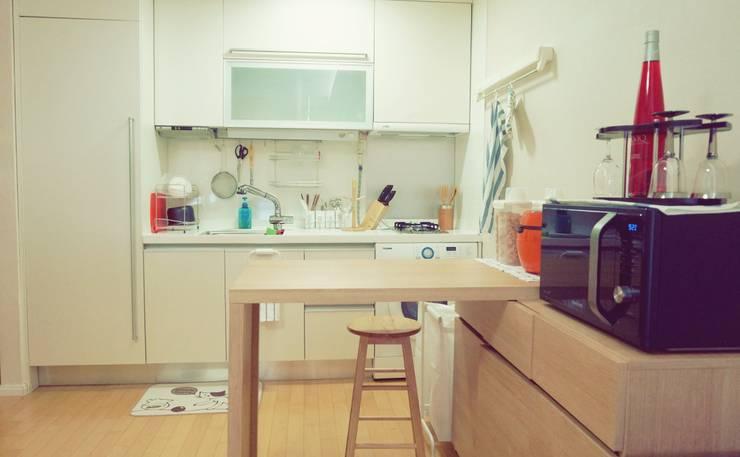 싱글남 홈스타일링, 원룸 인테리어 : homelatte의  거실