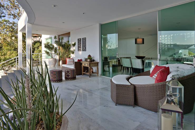 Varanda, marquise e terraço  por Fernanda Andrade Arquitetura e Interiores