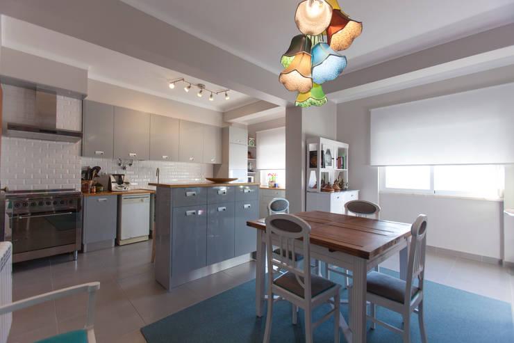 modern Kitchen by ÀS DUAS POR TRÊS