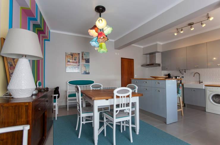 Cozinha e Salinha de Refeições: Cozinhas  por ÀS DUAS POR TRÊS