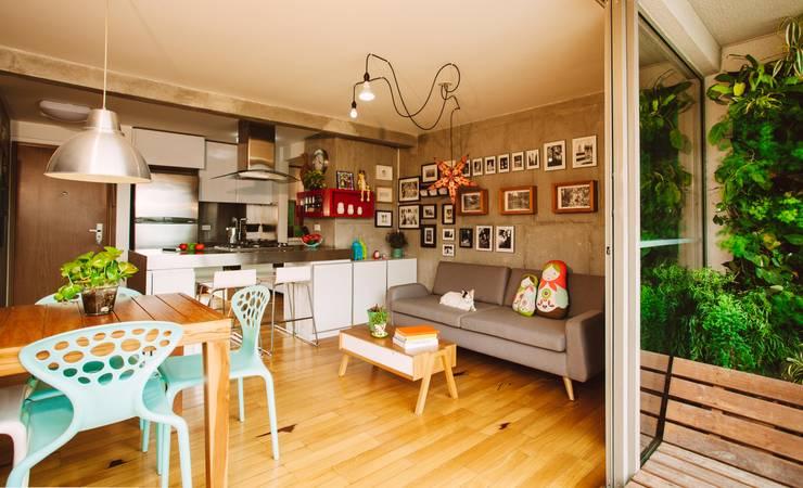 Salas / recibidores de estilo industrial por CASA CALDA