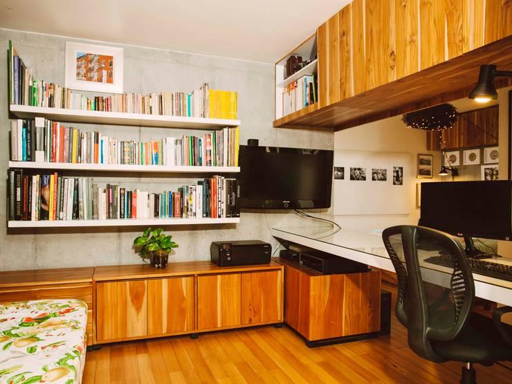 ESPACIOS PEQUEÑOS : Estudios y despachos de estilo industrial por CASA CALDA