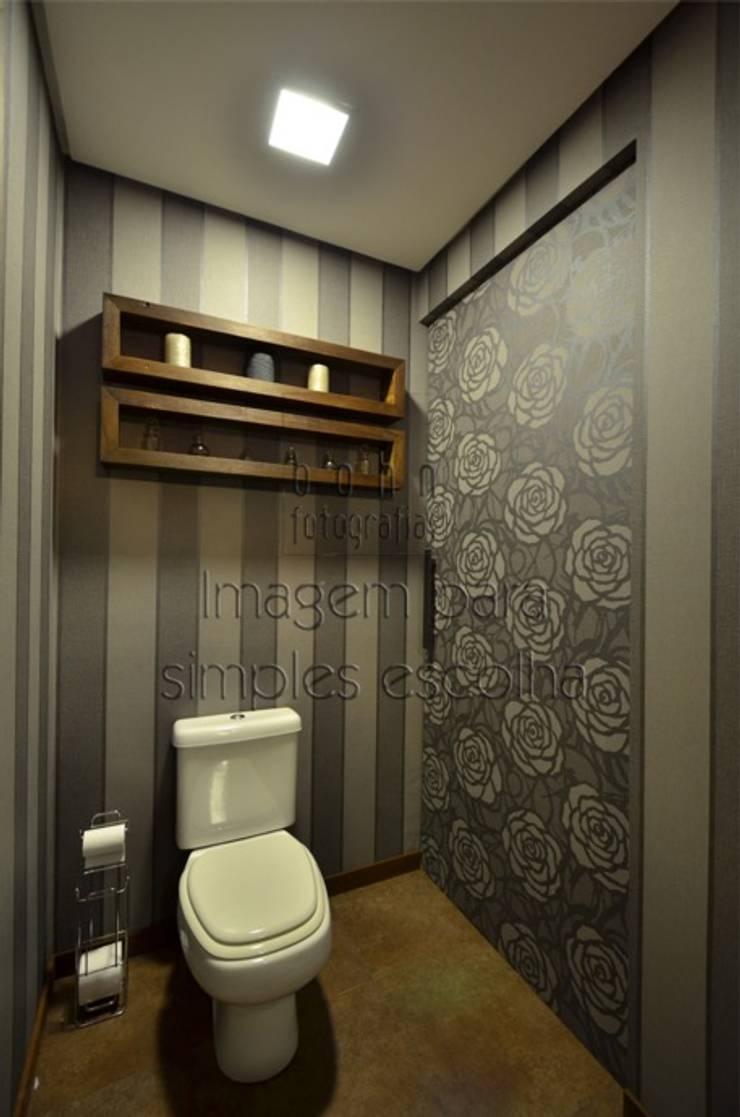 Hidden bathroom: Banheiros  por Bethina Wulff