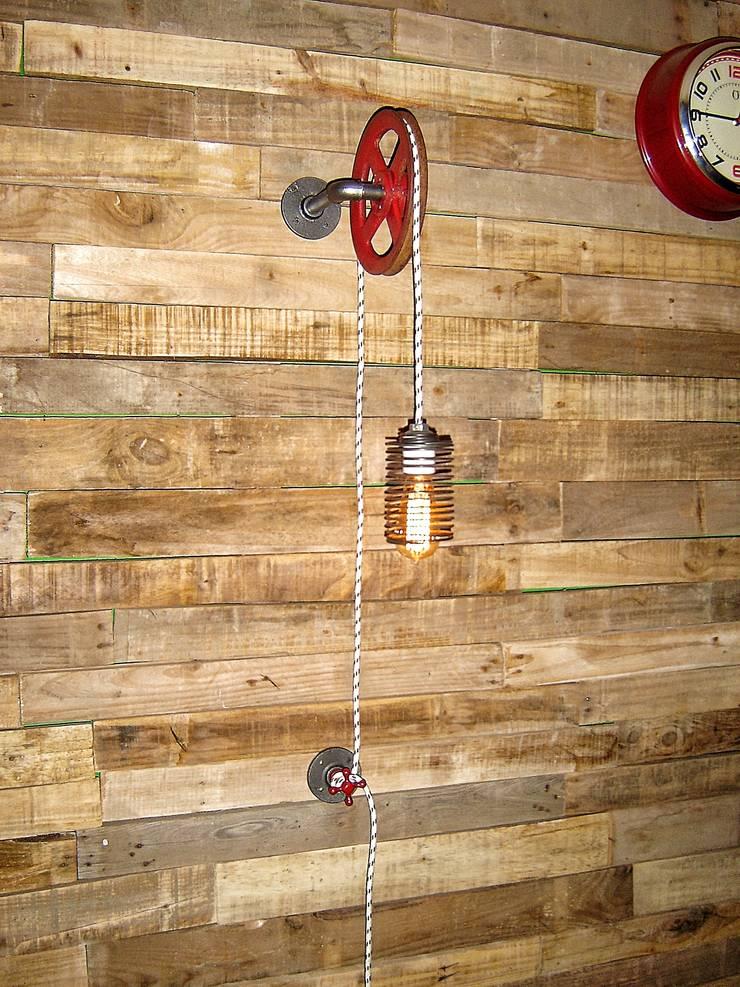 Aplique de Pared regulable en altura con antigua Polea recuperada:  de estilo industrial por Lamparas Vintage Vieja Eddie,Industrial Hierro/Acero