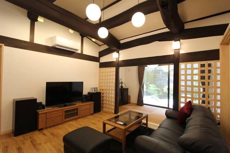 和モダンリビング: 一級建築士事務所 さくら建築設計事務所が手掛けたリビングです。