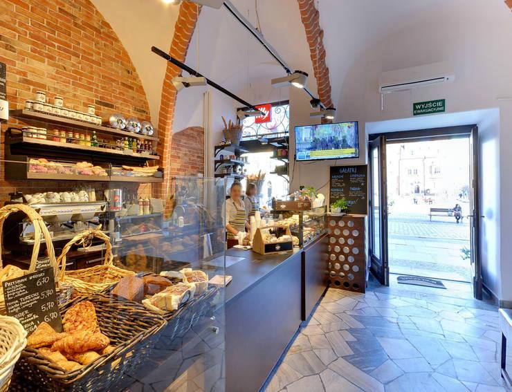 Widok na wejście i piekarnię od OnlyHome Rustykalny