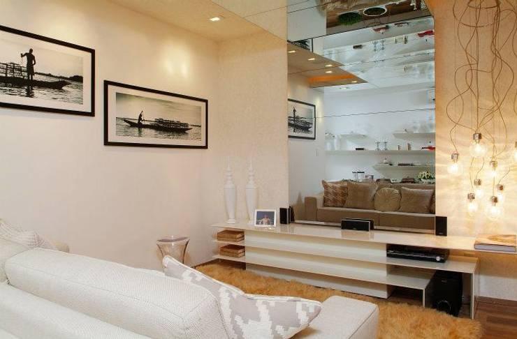 HOME  BRANCO - TOQUE DA CASA QUARTO: Salas multimídia minimalistas por Haifatto Arq + Decor