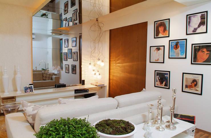 HOME  BRANCO - TOQUE DA CASA QUARTO: Salas multimídia  por Haifatto Arq + Decor