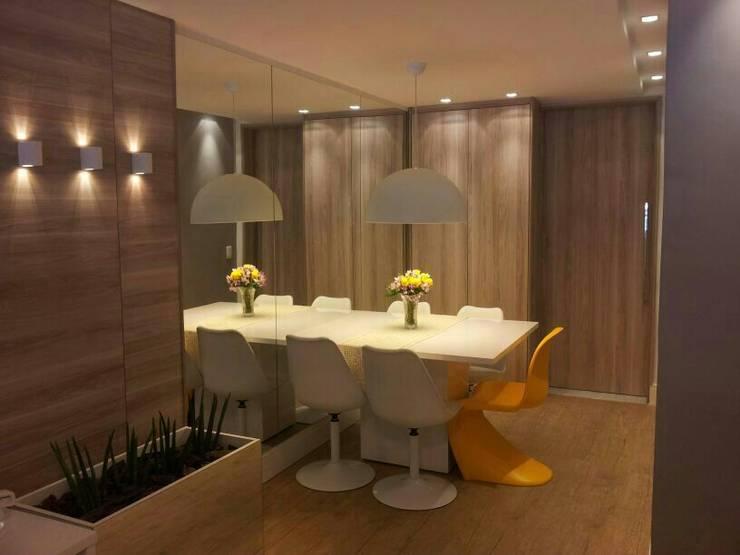 Sala de jantar com espelho:   por Palloma Meneghello Arquitetura e Interiores,Moderno MDF