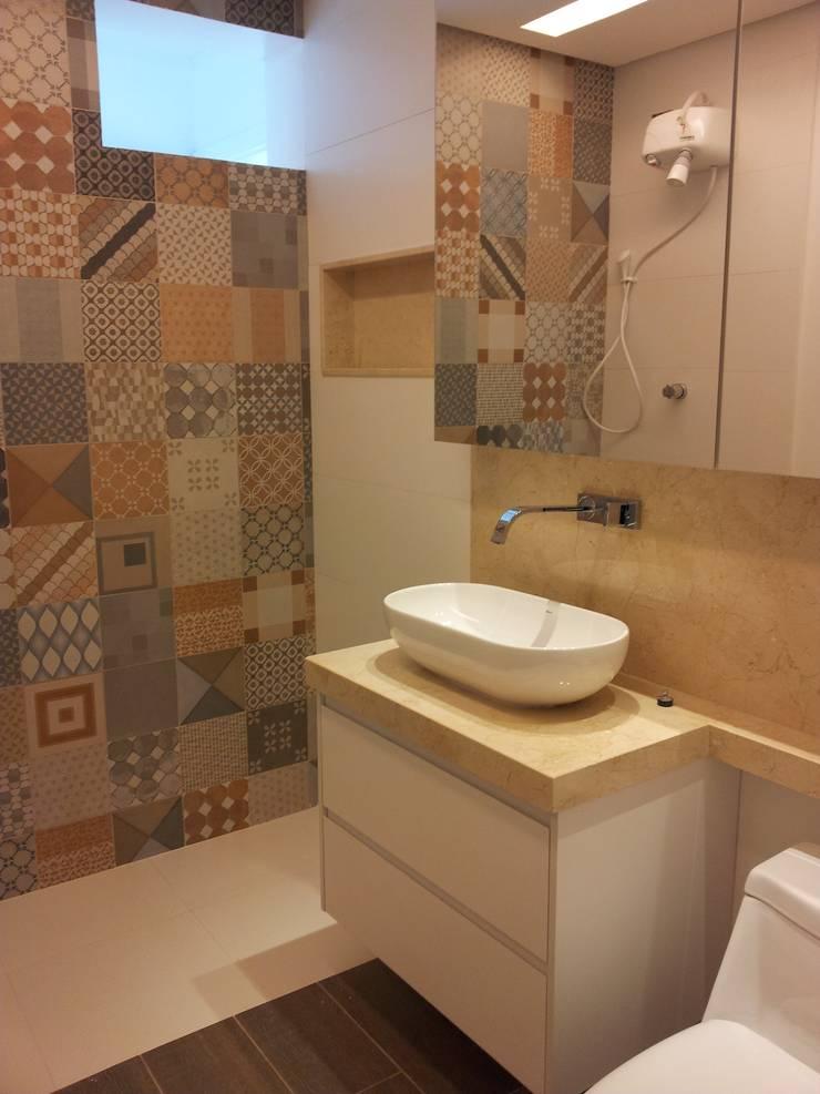 Banheiro bege com ladrilho hidráulico:   por Palloma Meneghello Arquitetura e Interiores,