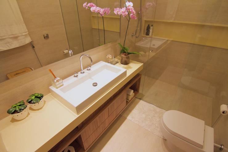 BANHEIRO BEGE : Banheiro  por Palloma Meneghello Arquitetura e Interiores