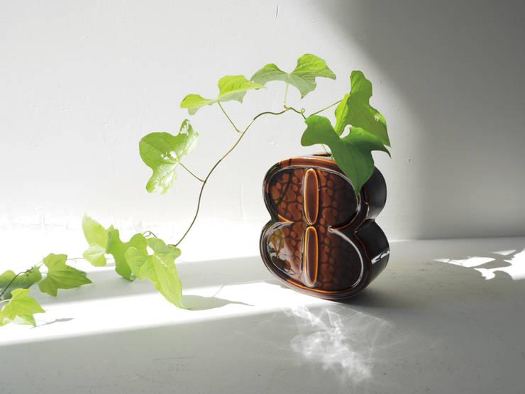 Number Collection 壁掛け花瓶: MARUHIRO Inc.が手掛けたリビングルームです。