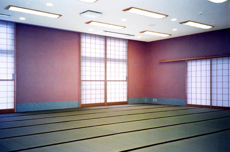 植栽の壁: ユミラ建築設計室が手掛けた和室です。