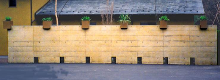 植栽の壁: ユミラ建築設計室が手掛けたテラス・ベランダです。