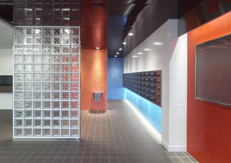 カラフルにマンションリフォーム: ユミラ建築設計室が手掛けた廊下 & 玄関です。