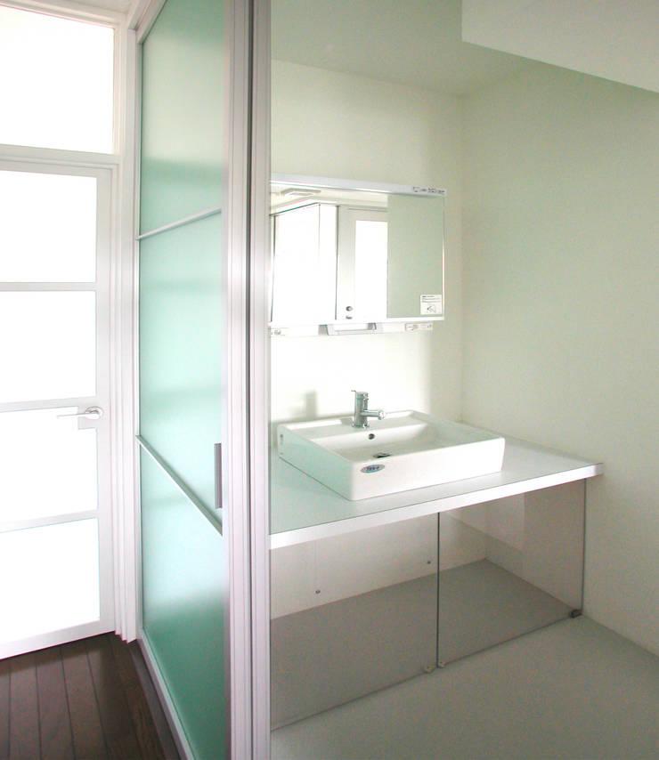 カラフルにマンションリフォーム: ユミラ建築設計室が手掛けた浴室です。