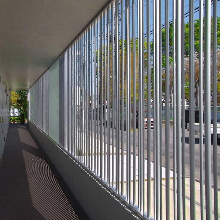 立川の賃貸マンション: ユミラ建築設計室が手掛けた廊下 & 玄関です。