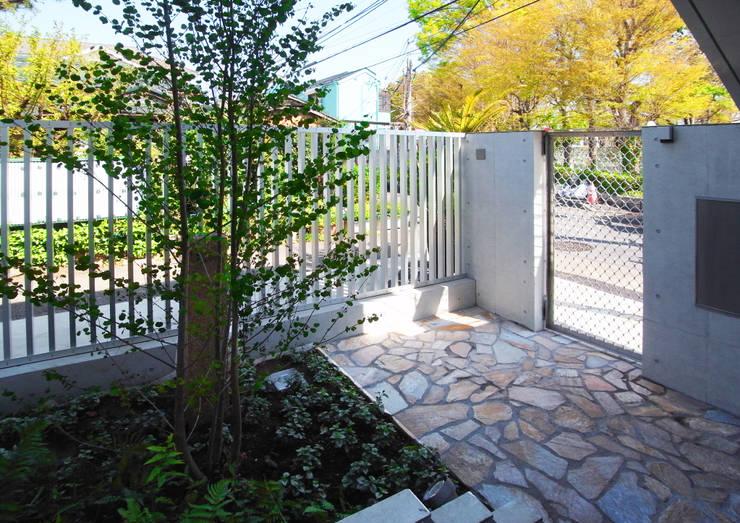 立川の賃貸マンション: ユミラ建築設計室が手掛けたテラス・ベランダです。