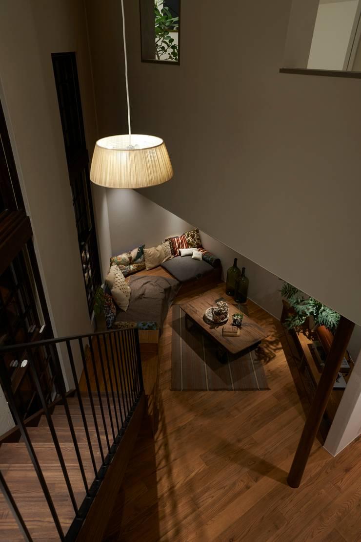 Pasillos, vestíbulos y escaleras de estilo moderno de Mimasis Design/ミメイシス デザイン Moderno Madera Acabado en madera