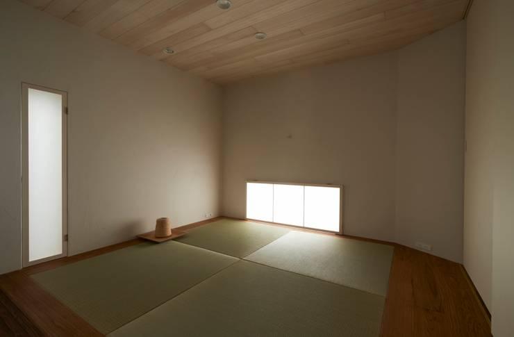 Salones de estilo moderno de Mimasis Design/ミメイシス デザイン Moderno Bambú Verde