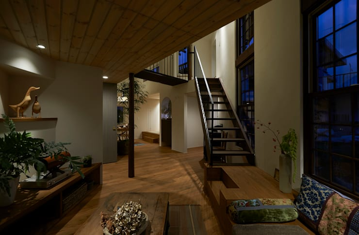 Salones de estilo moderno de Mimasis Design/ミメイシス デザイン Moderno Madera Acabado en madera