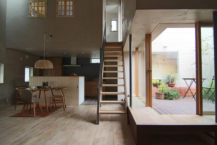 House in Higashinada: Mimasis Design/ミメイシス デザインが手掛けたリビングです。