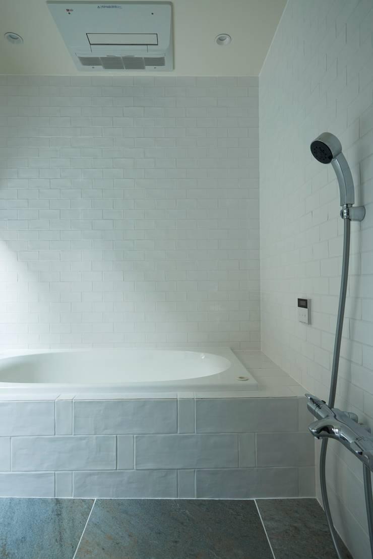 House in Higashikanmaki: Mimasis Design/ミメイシス デザインが手掛けた浴室です。