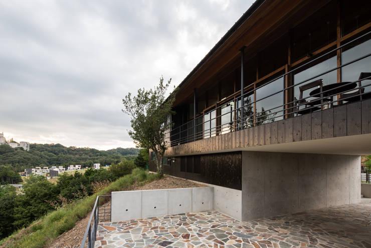 Casas  por Mimasis Design/ミメイシス デザイン, Moderno