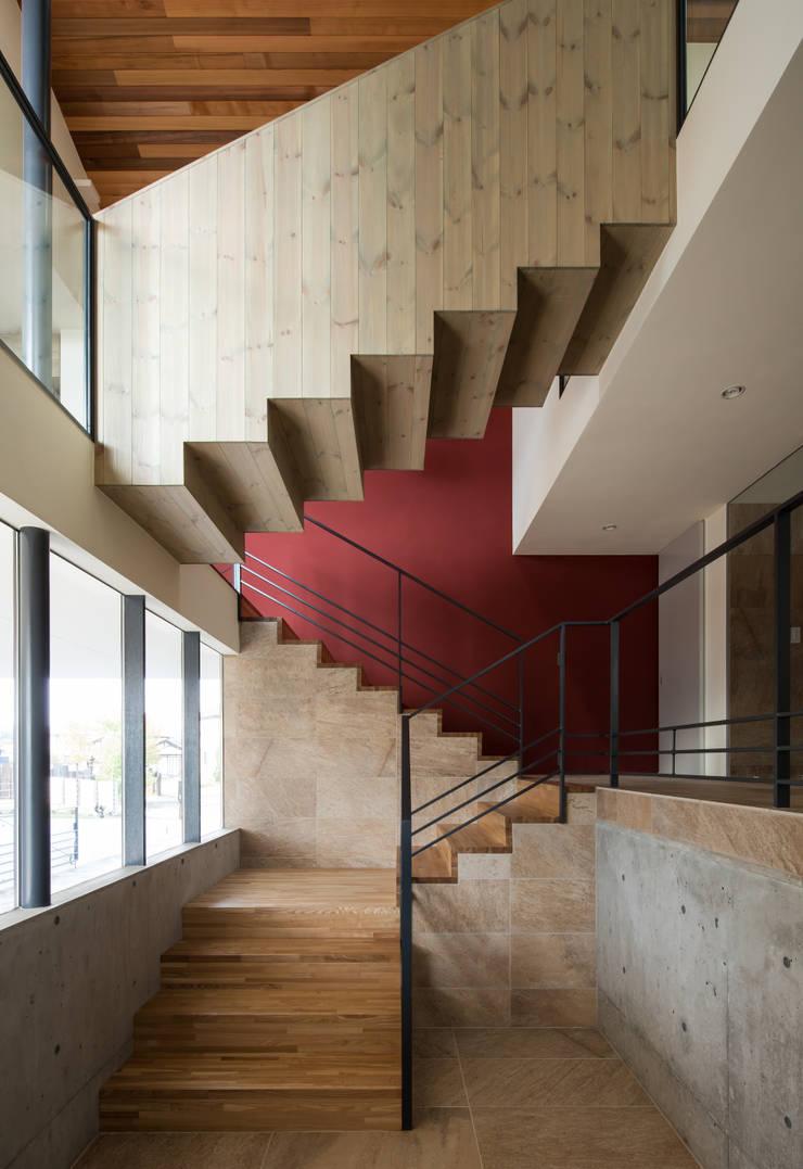 Pasillos y vestíbulos de estilo  por Mimasis Design/ミメイシス デザイン, Moderno