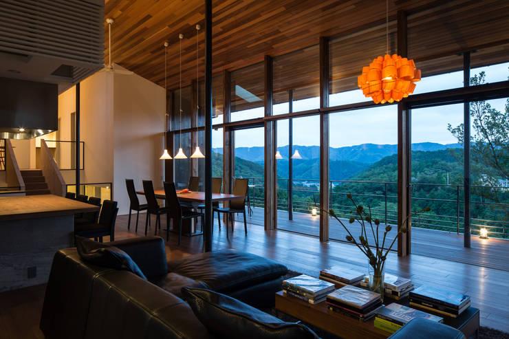 Salas / recibidores de estilo  por Mimasis Design/ミメイシス デザイン, Moderno