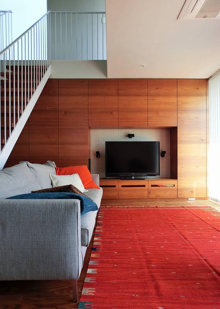 House in Matsugasaki: Mimasis Design/ミメイシス デザインが手掛けたリビングです。