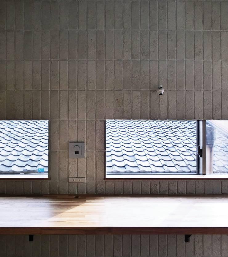 House in Matsugasaki: Mimasis Design/ミメイシス デザインが手掛けた窓です。