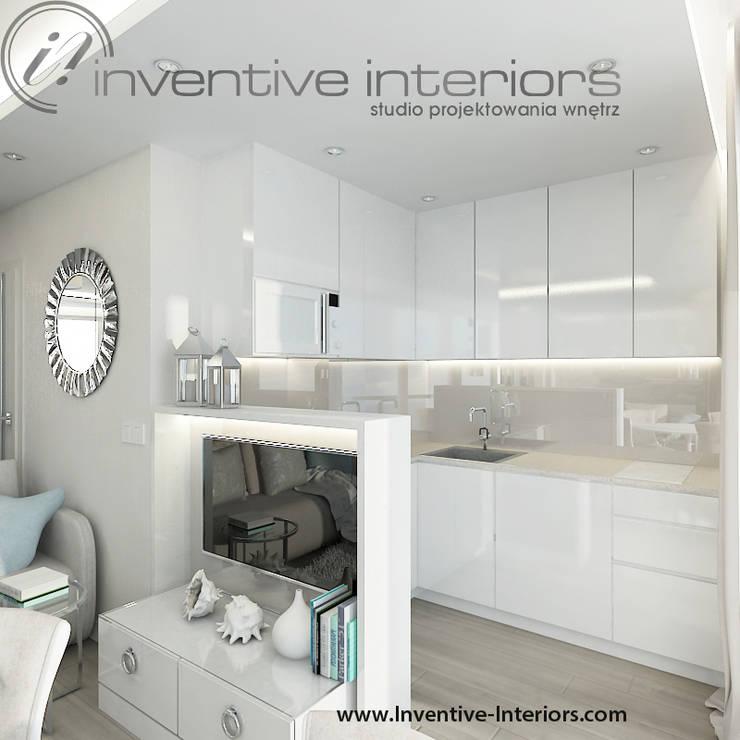 INVENTIVE INTERIORS- Projekt apartamentu nad morzem 30m2: styl , w kategorii Kuchnia zaprojektowany przez Inventive Interiors