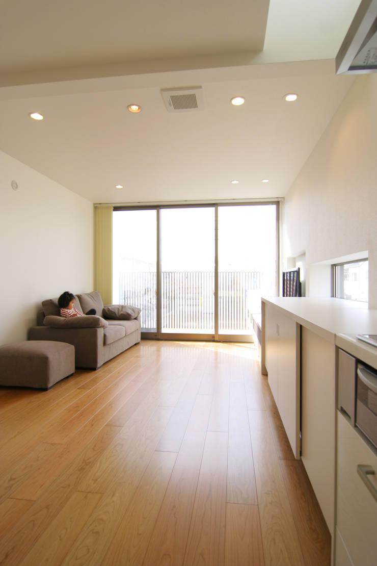 House in Izumiotsu: Mimasis Design/ミメイシス デザインが手掛けたリビングです。