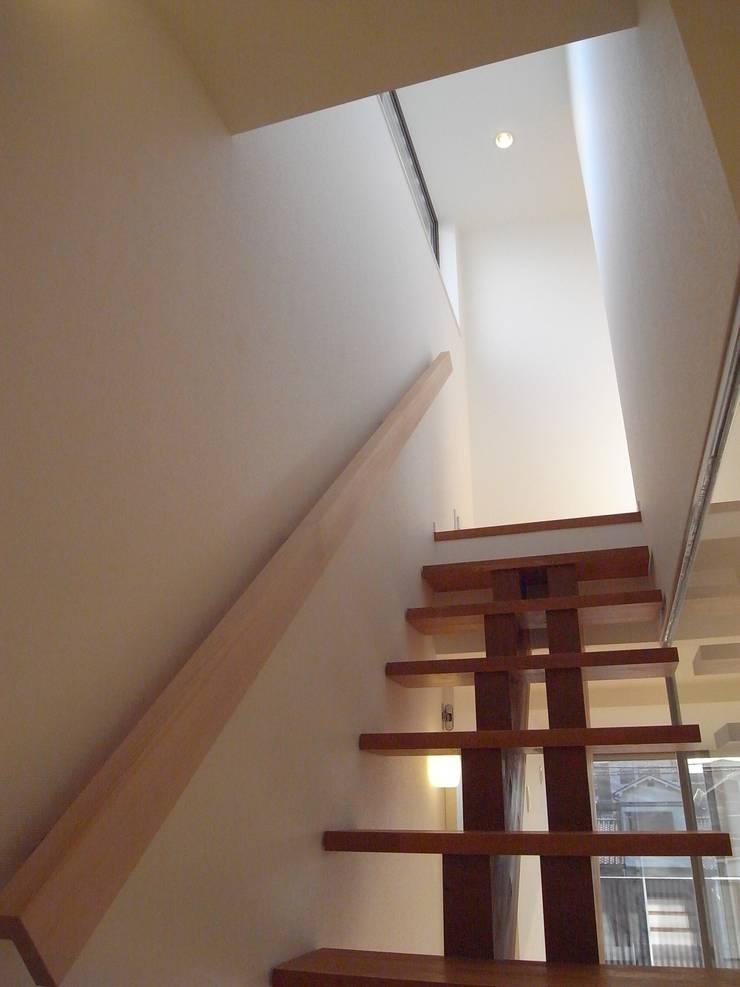階段: Mimasis Design/ミメイシス デザインが手掛けた廊下 & 玄関です。