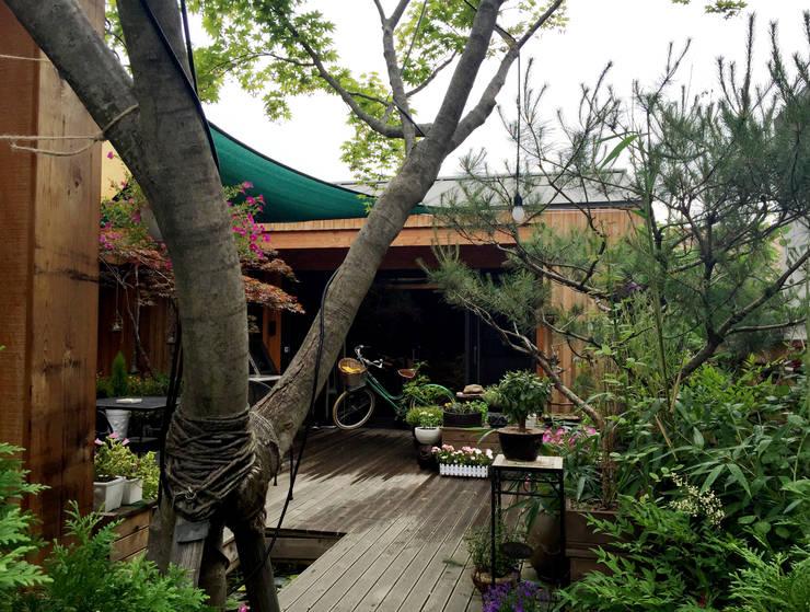 Jardines de estilo moderno de 비온후풍경 ㅣ J2H Architects