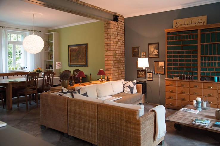 Wohnzimmer mit angrenzendem Essbereich auf dem Lothshof: landhausstil Wohnzimmer von Büro Köthe