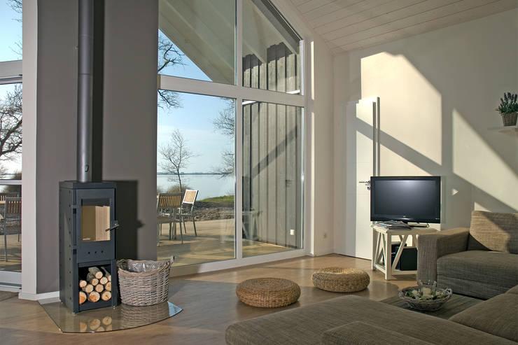 Wohnzimmer mit Kamin im Ferienhaus-Wiek: moderne Wohnzimmer von Büro Köthe