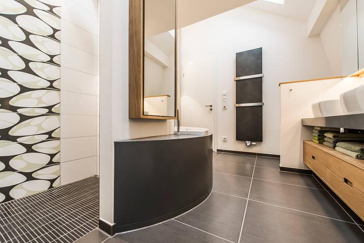 Blick ins Bad unter der Dachschräge: moderne Badezimmer von Büro Köthe