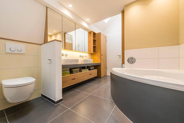 Anordnung von WC, Waschtisch und halbrunder Badewanne: moderne Badezimmer von Büro Köthe