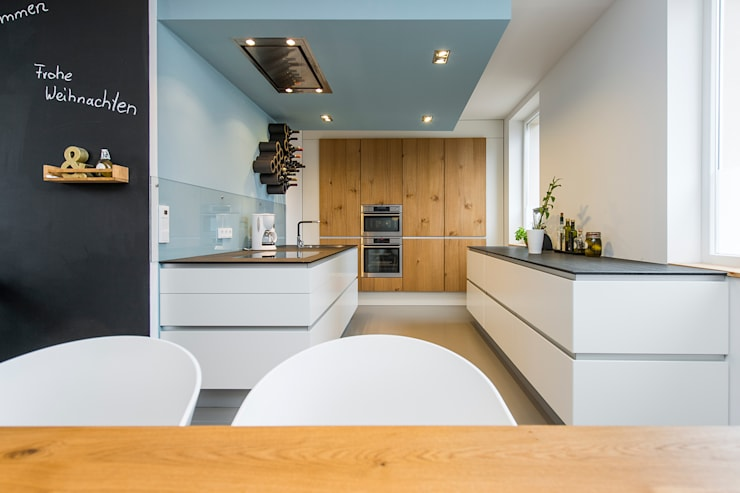 Offene Küche mit abgehängter Decke: moderne Küche von Büro Köthe