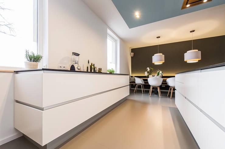 Offene Küche mit Essbereich:  Küche von Büro Köthe