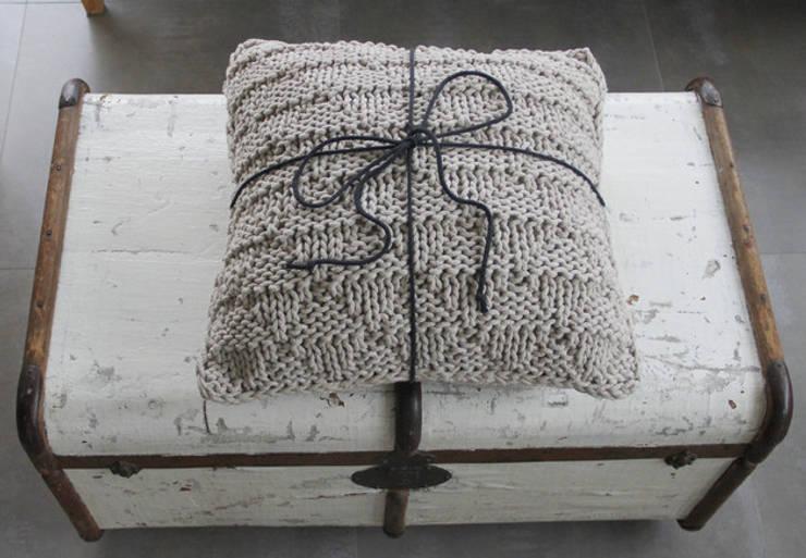 Poduszka dekoracyjna z lawendą.: styl , w kategorii Salon zaprojektowany przez Manufaktura pracownia artystyczna