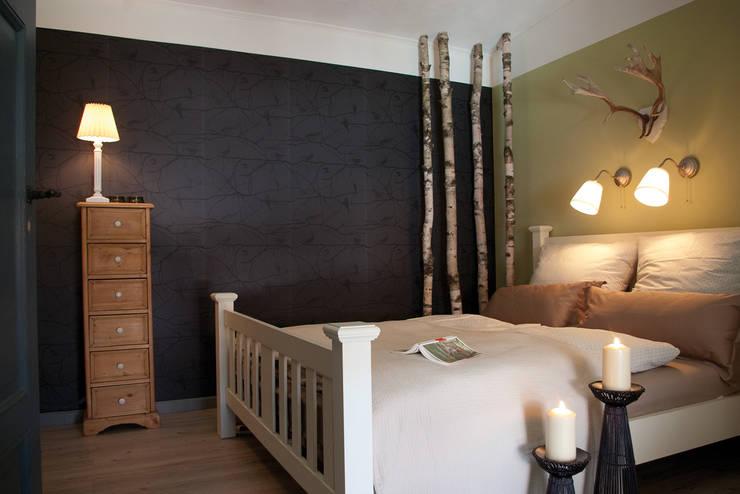Blick ins Ferienzimmer »Wald«: landhausstil Schlafzimmer von Büro Köthe
