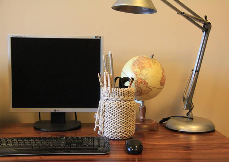 Wazon - pojemnik ubrany w sznurek: styl , w kategorii Domowe biuro i gabinet zaprojektowany przez Manufaktura pracownia artystyczna