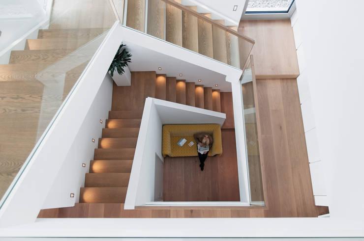 Haus am Hang:  Flur & Diele von Diemer Architekten