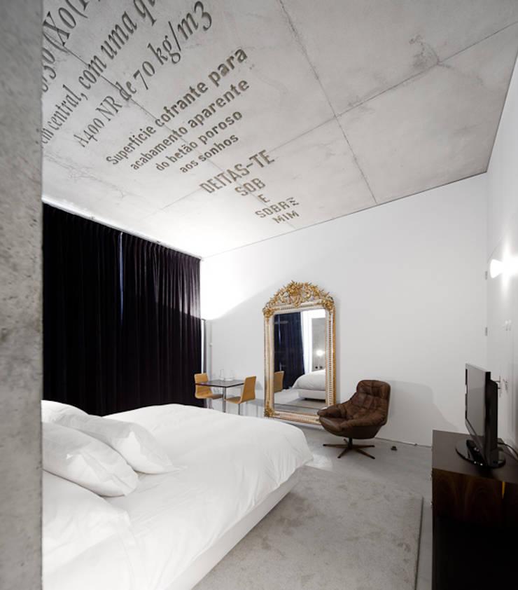Casa do Conto Arts & Residence: Casa de banho  por JRBOTAS Design & Home Concept